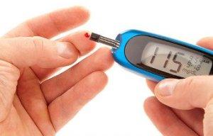 Определение повышенного содержания сахара в крови при помощи компактного глюкометра