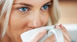 Напоить больного горячим кофе