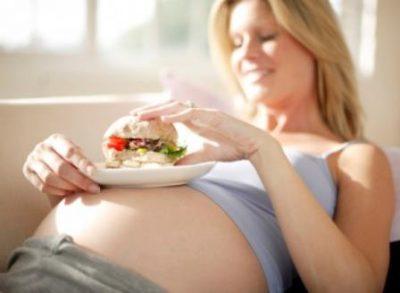 Беременная с бутербродом