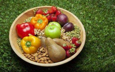 Фрукты и орехи в тарелке