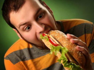 Ест бутерброт