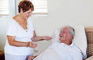 Помочь больному выпить лекарство