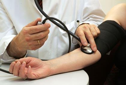 Измерение артериального давления у человека