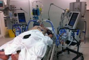 Пострадавший после удара в палате интенсивной терапии