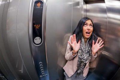 Девушка в лифте