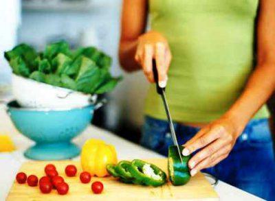 Готовит салат